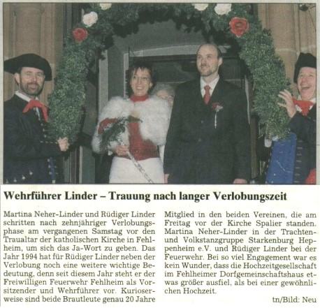 Wehrführer Rüdiger Linder mit seiner Frau Martina vor der Fehlheimer Kirche. Daneben Mitglieder der Trachtengruppe.