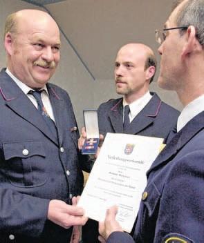 Hermann Münster wird das Goldene Brandschutzehrenzeichen am Bande verliehen